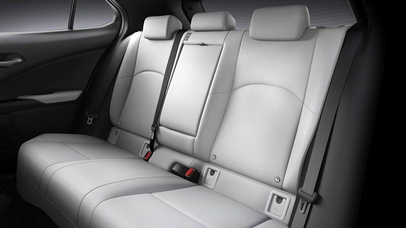 Второй ряд сидений Lexus UX