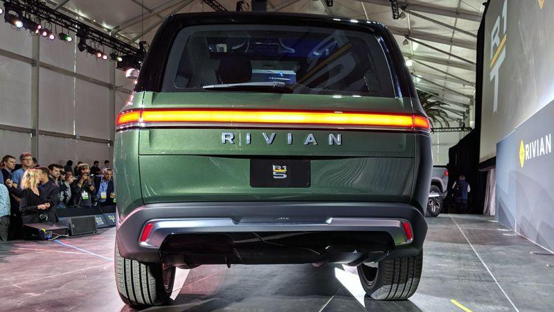 Rivian R1S вид сзади