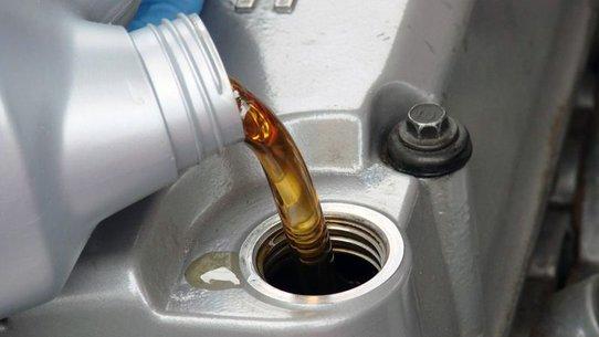 Периодичность замены масла в двигателе: через сколько и как часто менять?